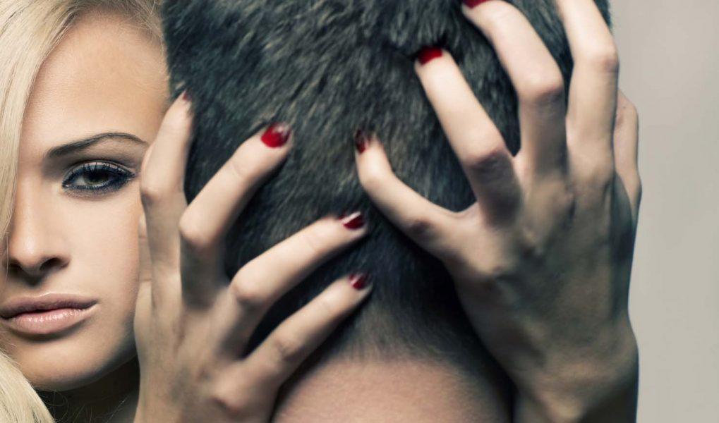 Ласкает волосы мужчины